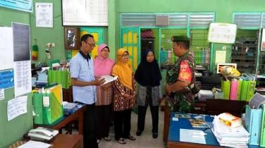 Jalin Komunikasi Dan Silaturahmi, Babinsa Datangi SD Di Wilayah Binaan