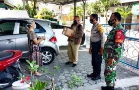 Pendampingan Dan Pemantauan Penyaluran Logistik Warga Oleh Babinsa Koramil 08/Kotagede