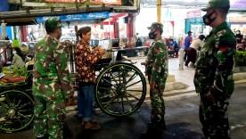 Babinsa Koramil 05/Pakualaman Sampaikan Edukasi Prokes Kepada Pelaku Usaha Di Malioboro