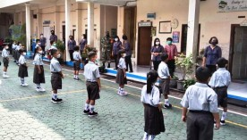 Babinsa Koramil 01/JetisMonitoring Tatap Muka Siswa Sekolah Pastikan Protokol Kesehatan